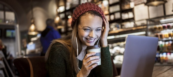 Young woman using laptop in cafe 000079380831 Large min